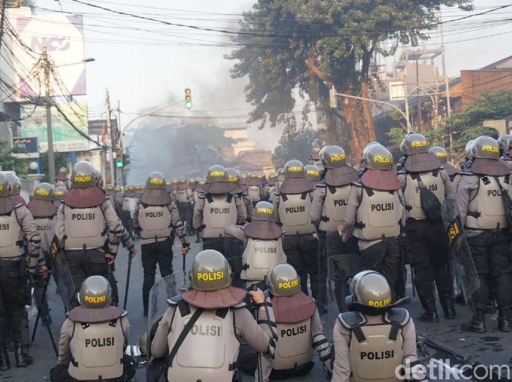 Slipi Masih Rusuh, Massa Lempari Batu dan Kembang Api ke Polisi