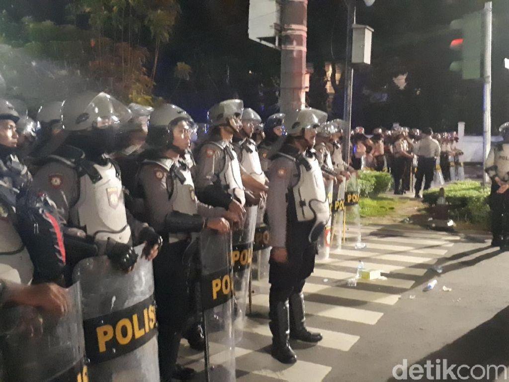 Polisi Membuat Barikade di Sekitar Gedung KPU