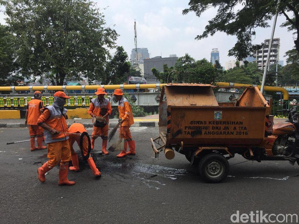 Pemprov DKI Angkut 1,2 Ton Sampah Sisa Demo Tolak Omnibus Law 16 Oktober