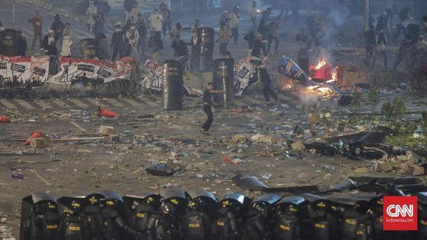 Kerusuhan di depan gedung Bawaslu antara polisi dan massa penolak hasil rekapitulasi Pilpres 2019 yang memenangkan paslon Jokowi-Ma'ruf Amin.