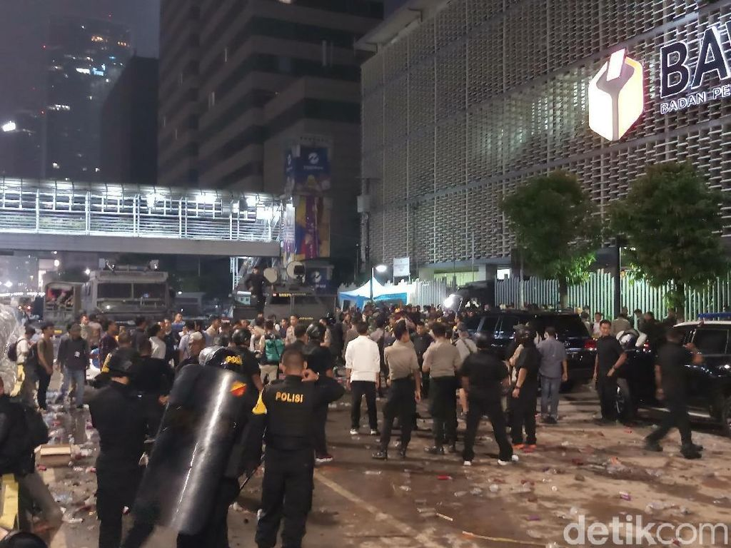 Kondisi Bawaslu MH Thamrin Dini Hari: Polisi Amankan Perusuh