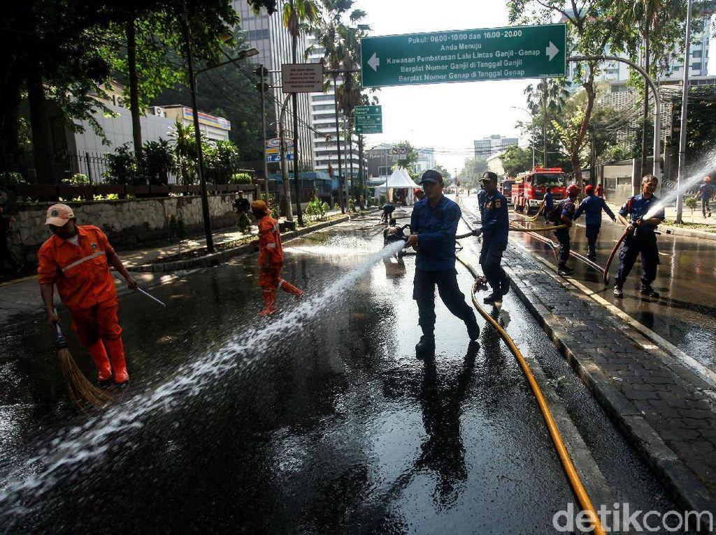 Petugas PPSU dan Damkar Bersih-bersih Jalan Wahid Hasyim