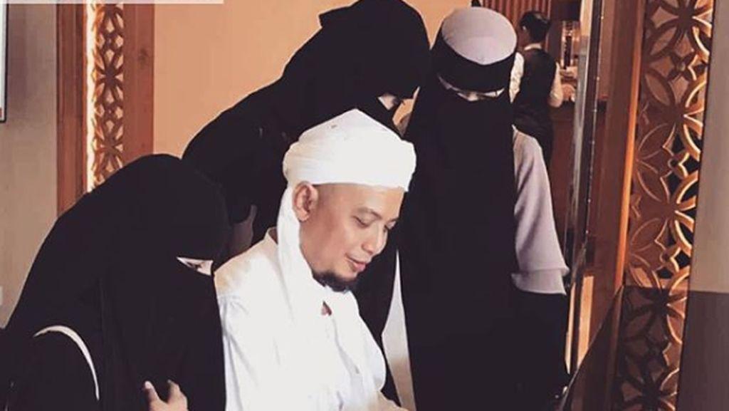 Bidadari, Para Tokoh dan Ribuan Orang di Pemakaman Ustaz Arifin Ilham