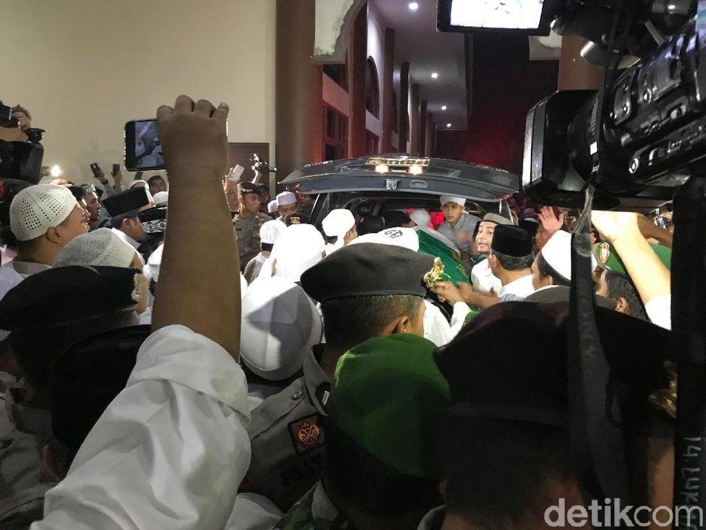 Jemaah Berebut Ingin Makamkan Jenazah Ustaz Arifin Ilham