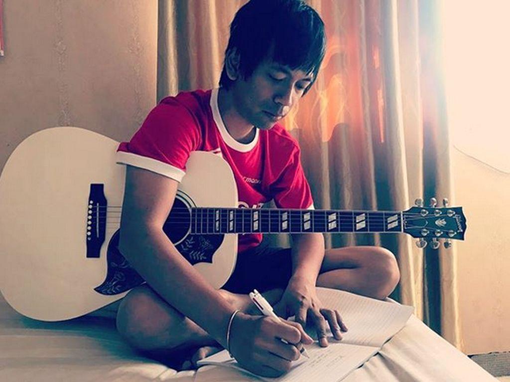 Rian DMASIV Manfaatkan Waktu di Rumah untuk Tulis Lagu