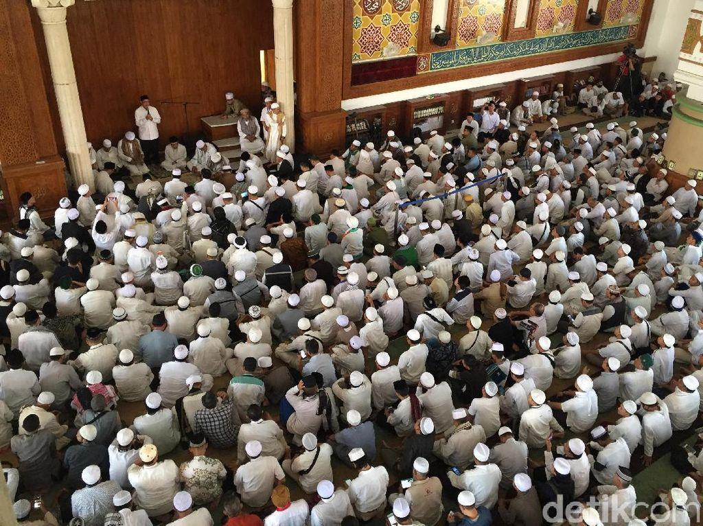 Sambut Jenazah Ustaz Arifin Ilham, Ribuan Jamaah di Az Zikra Sentul Berzikir
