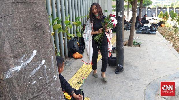 Harum Sekuntum Mawar untuk Pak Polisi dan Tentara