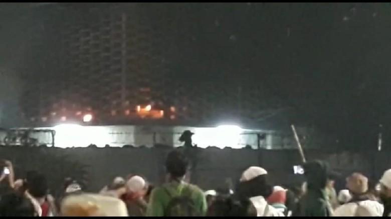 gedung-bawaslu-sempat-terbakar-diduga-dilempar-molotov