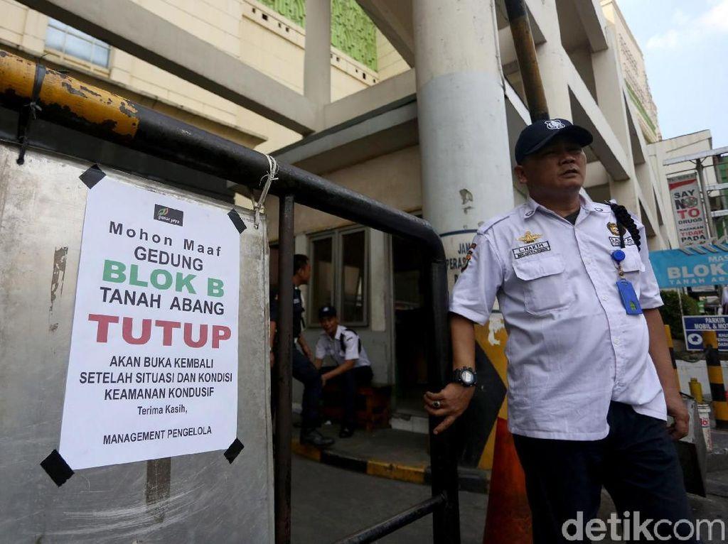 Satpam Hingga Satpol PP Berjaga di Pasar Tanah Abang