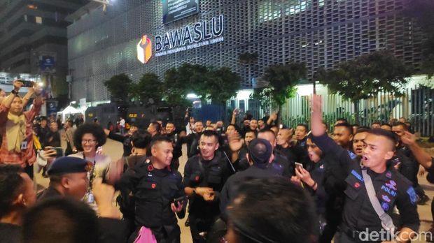 Emak-emak Bagikan Roti ke Polisi yang Berjaga di Depan Bawaslu