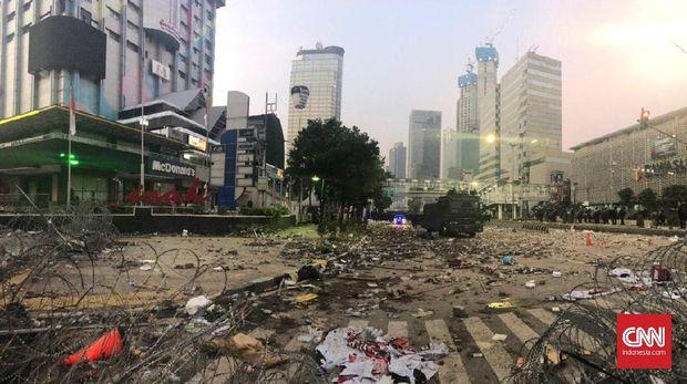 Situasi sekitar kantor Badan Pengawas Pemilu (Bawaslu) di Jalan MH Thamrin pada Kamis (23/5) berantakan. Tak jauh berbeda seperti hari sebelumnya, Rabu (22/5).