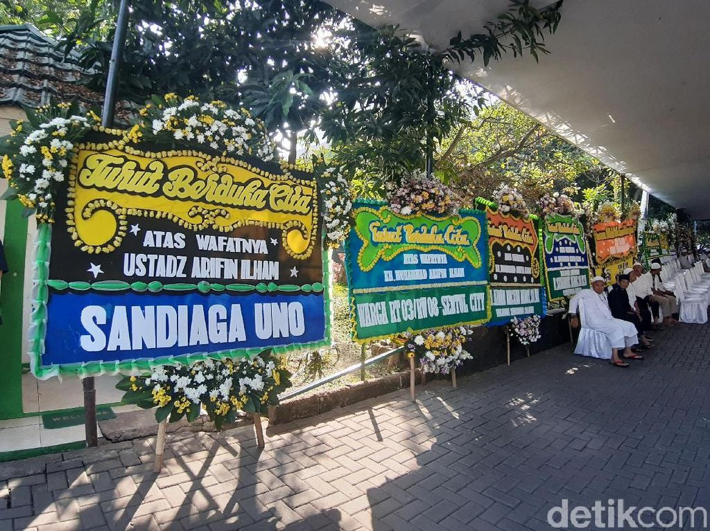 Karangan Bunga Penuhi Masjid Sambut Jenazah Ustaz Arifin Ilham