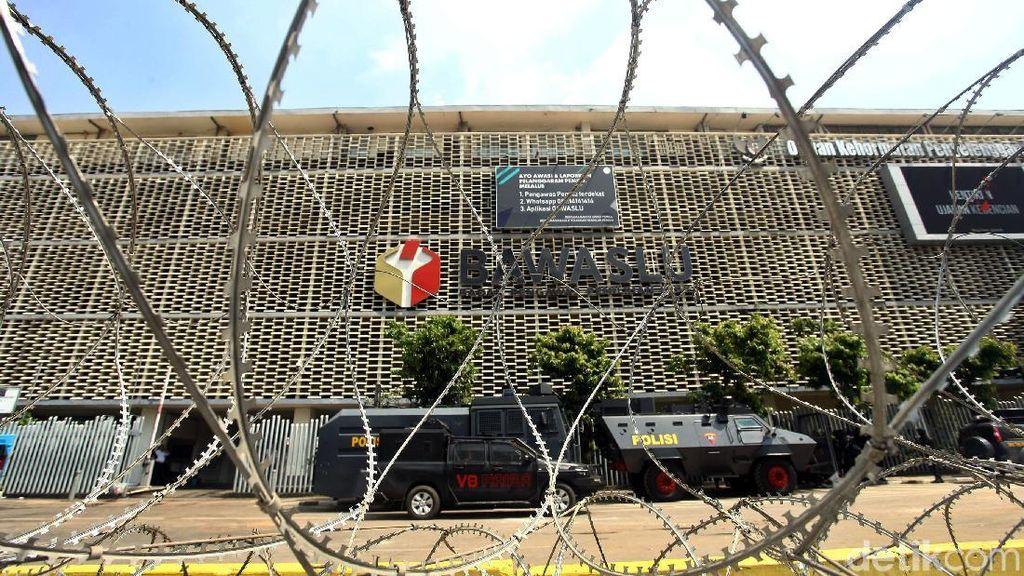 Kawat Berduri Masih Hiasi Depan Gedung Bawaslu