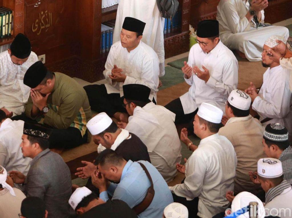 Azankan Ustaz Arifin Ilham di Pusara, Sang Putra Tak Kuasa Menahan Tangis