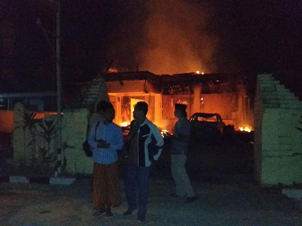 Kapolda dan Gubernur Jatim Datangi Polsek Tambelangan yang Dibakar Massa