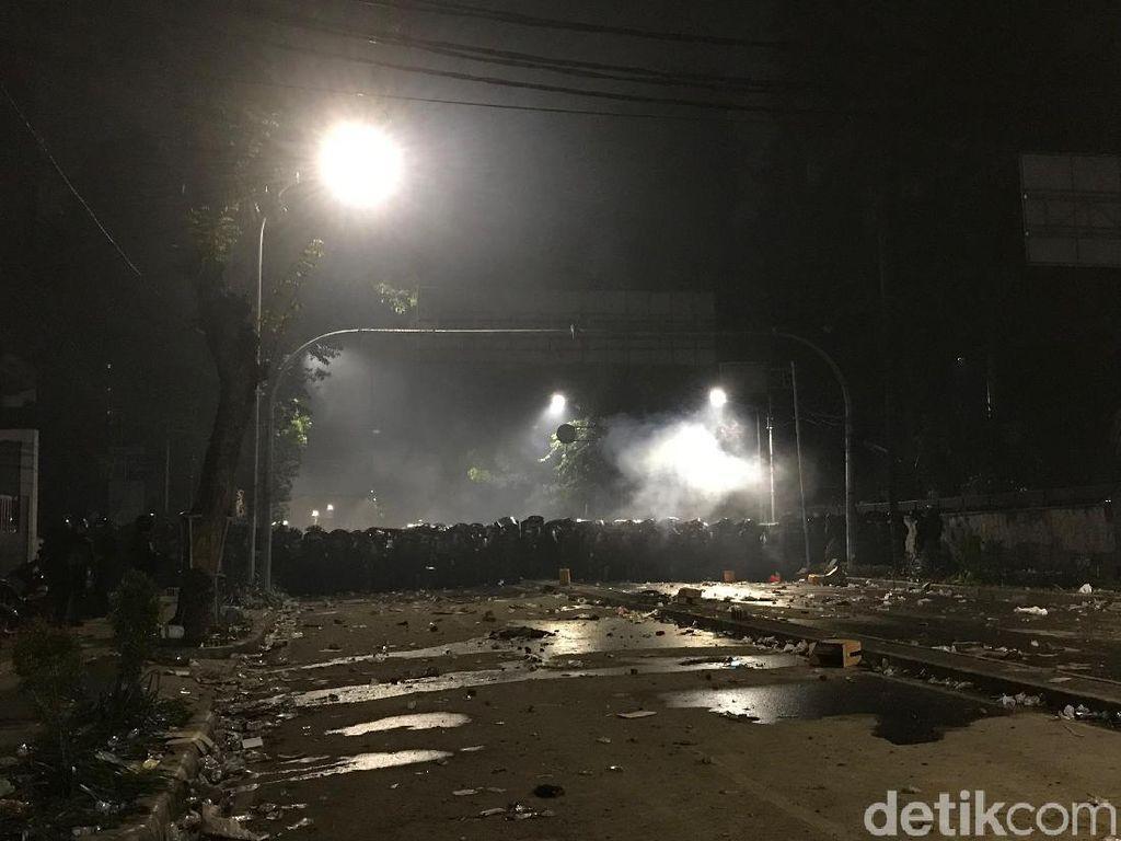Massa Masih Bertahan di Jalan Wahid Hasyim, Santap Sahur