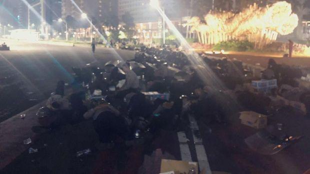 Potret Lelah Polisi Jaga Gedung Bawaslu Hingga Pagi