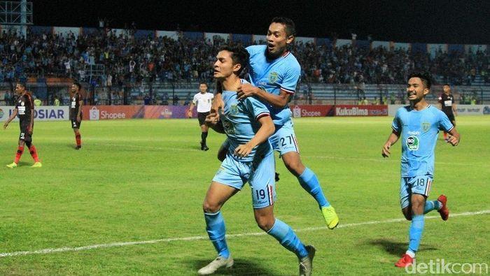 Muhammad Ridwan menjawab kepercayaan Aji Santoso dengan bikin gol ke gawang Persipura. (Eko Sudjarwo/detikSport)