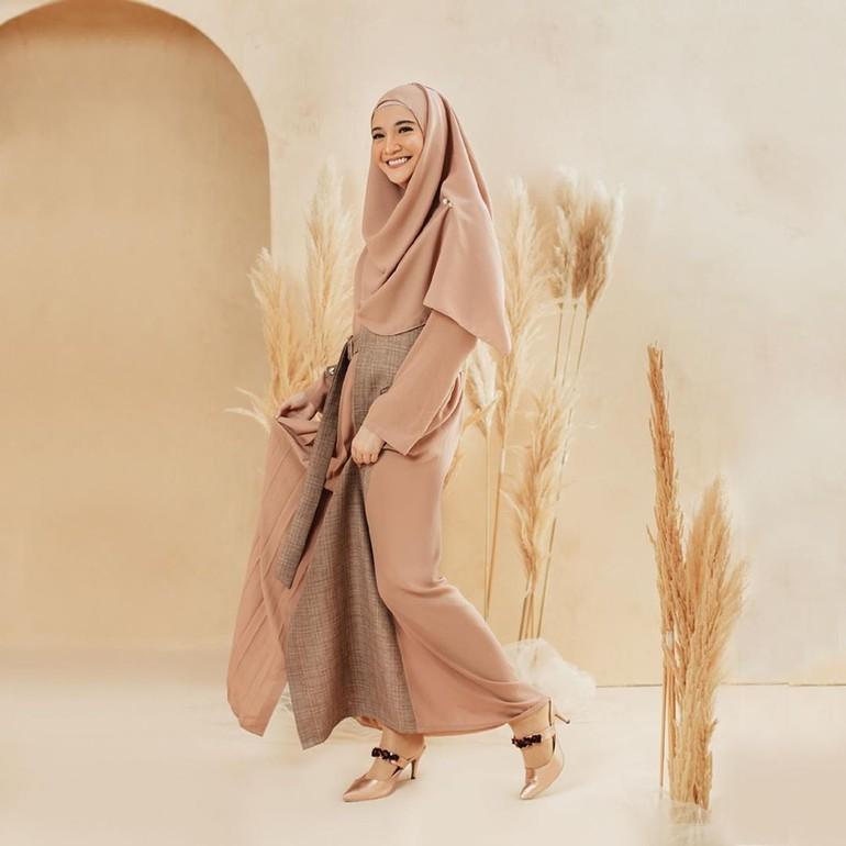 Zaskia Sungkar di bawah label Zaskia Sungkar Jakarta merilik koleksi Lebaran berupa potongan gamis dengan aksen belt. Zaskia juga kembali memilih warna-warna earth tone yang hangat dengan potongan busana yang tegas. Foto: Instagram Zaskia Sungkar Jakarta