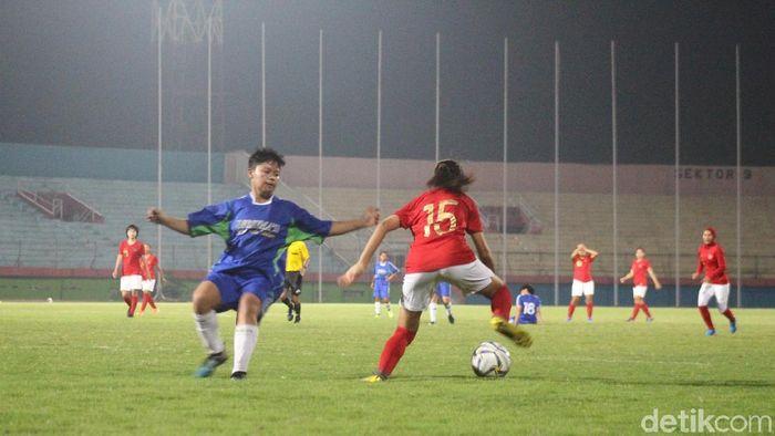 Timnas putri Indonesia menang atas Persema di laga uji coba. (Foto: Suparno/detikSport)