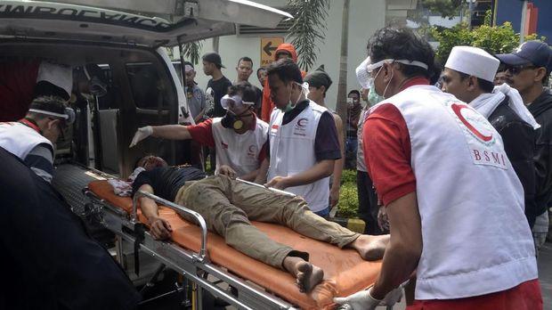 Relawan membawa korban kericuhan Aksi 22 Mei di RSUD Tarakan, Jakarta Pusat, Rabu (22/5).