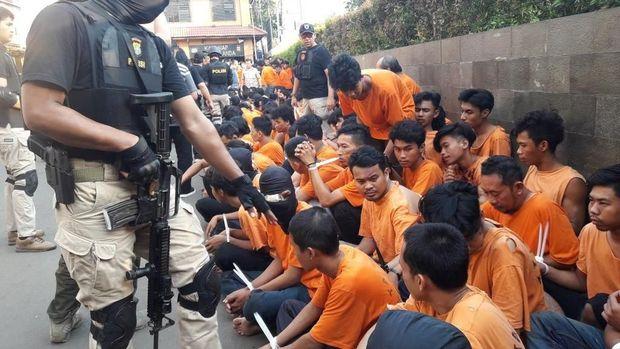 Massa telah mempersiapkan peralatan untuk menyerang polisi.