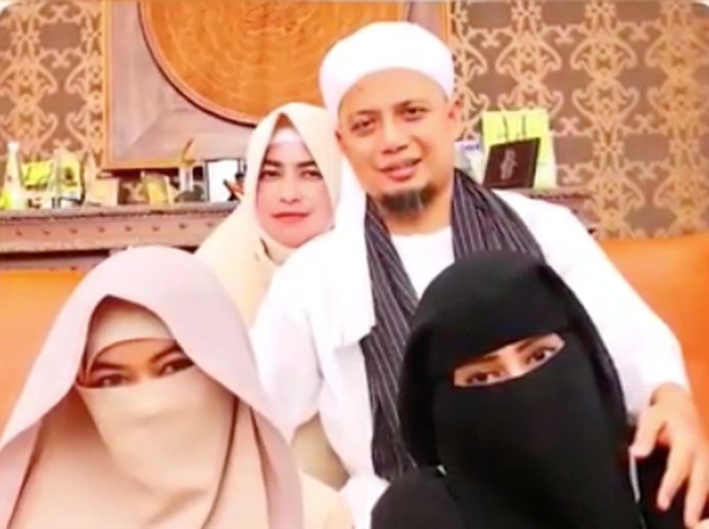 Penuhi Janji, Bidadari ke-3 Datangi Makam Arifin Ilham dengan Baju Putih