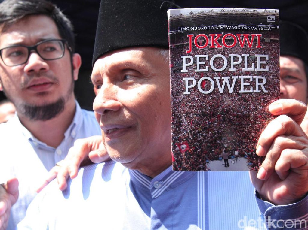 Video Amien Rais Bawa Buku Jokowi People Power ke Polda