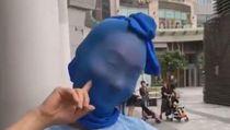 Tampil di Publik Pakai Kaus Kaki di Kepala, Aktris Ini Bikin Heboh