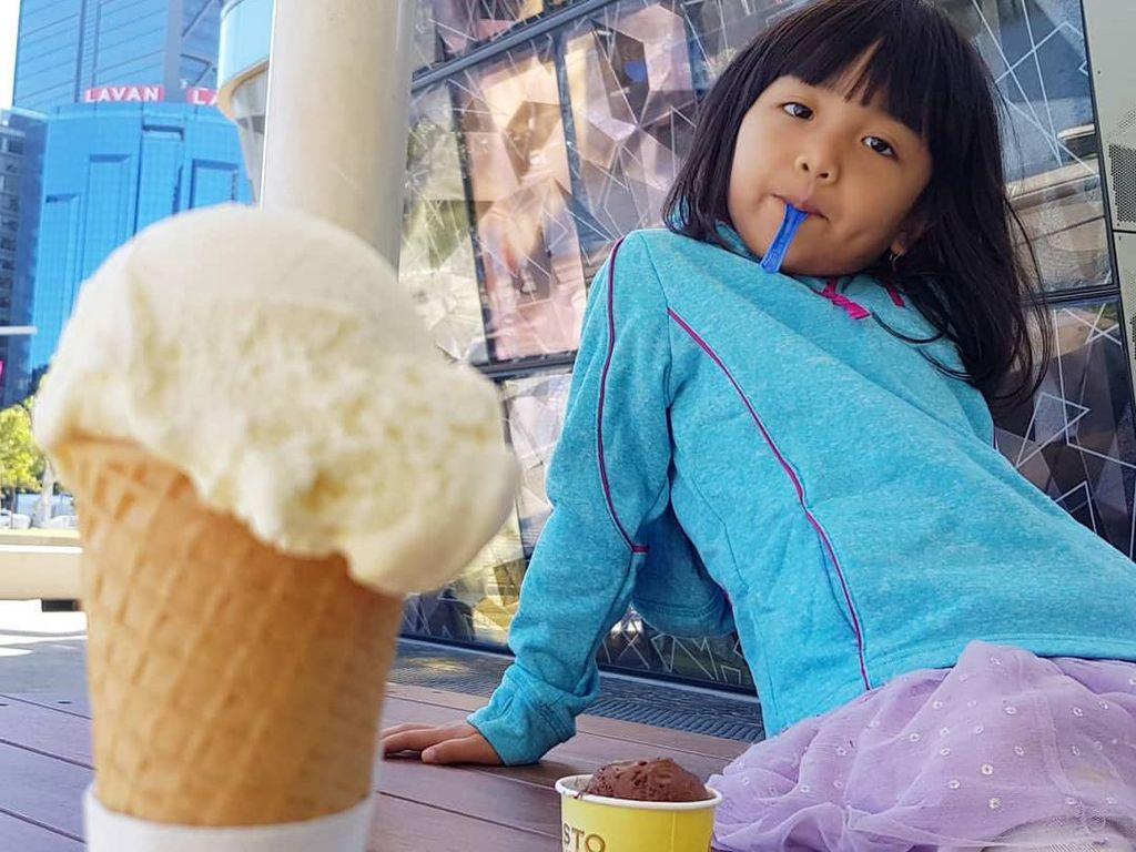 Menggemaskan! Gaya Kulineran Ellyna, Putri Cantik Nicky Tirta