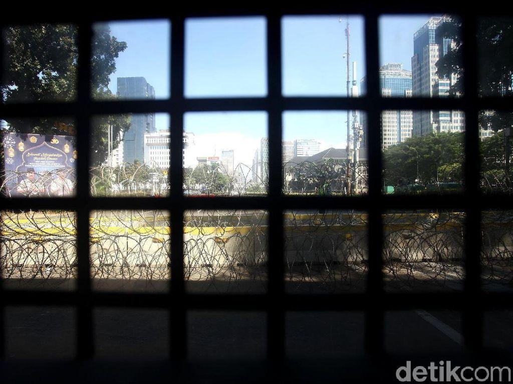 Kawat Berduri Tutup Jalan Merdeka Barat