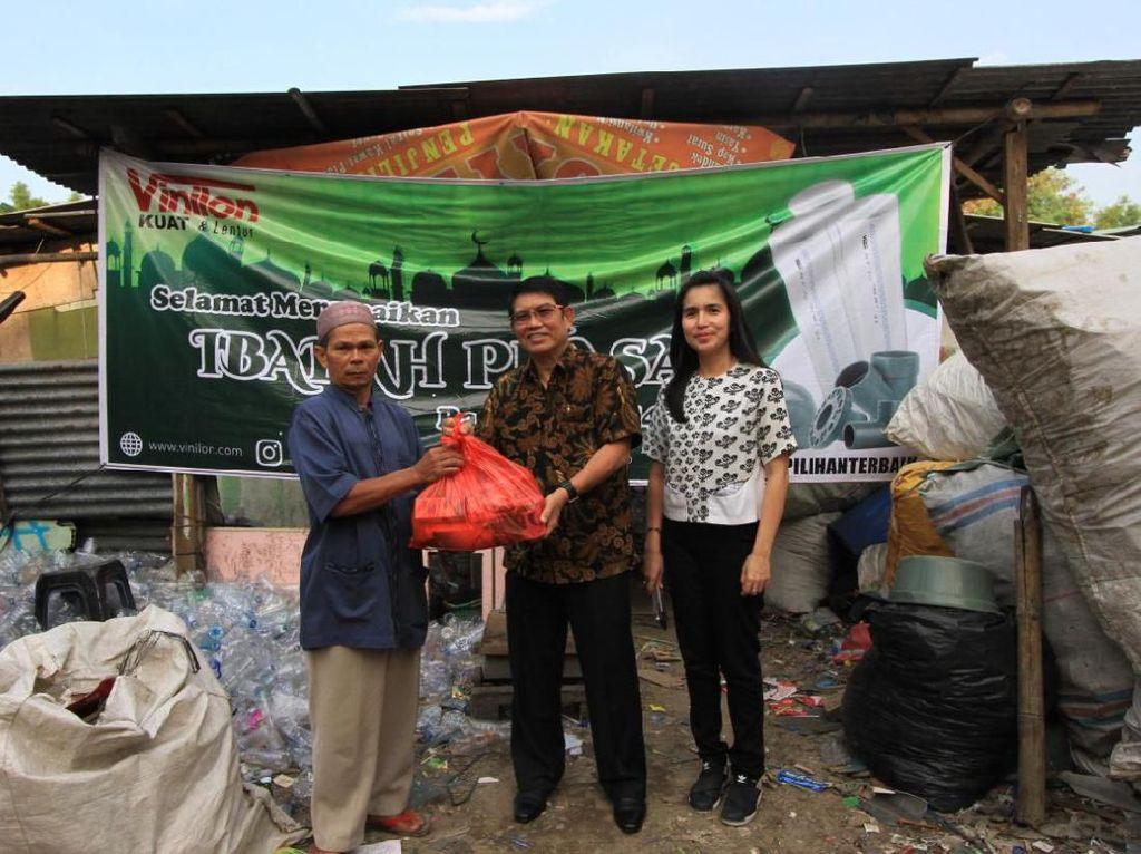 Vinilon Beri Bantuan Ratusan Juta Rupiah ke Anak Yatim & Pemulung