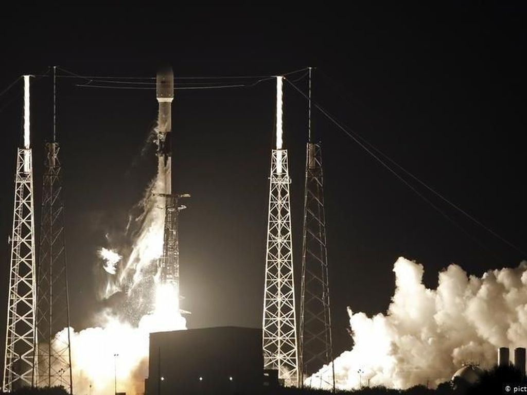 60 Satelit Diluncurkan SpaceX
