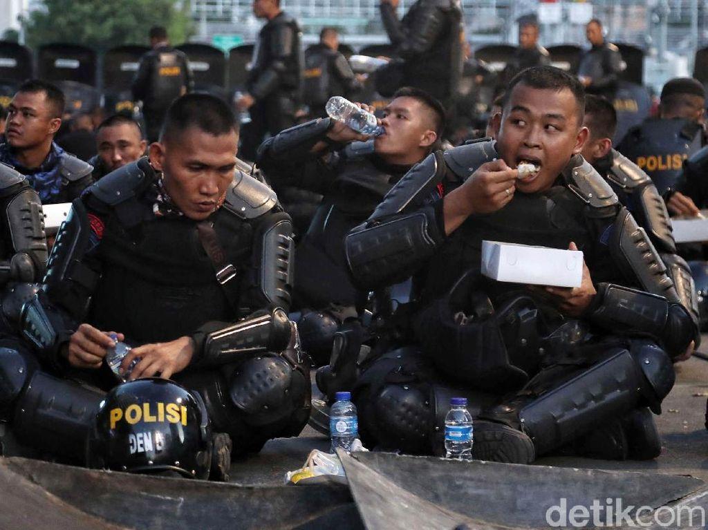 Momen Brimob Buka Puasa Bersama di Sela Amankan Bawaslu