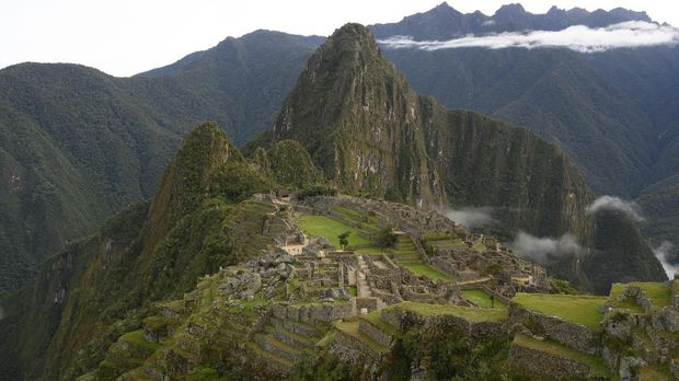 View of the Machu Picchu complex, the Inca fortress enclaved in the south eastern Andes of Peru on April 24, 2019. (Photo by Pablo PORCIUNCULA BRUNE / AFP)