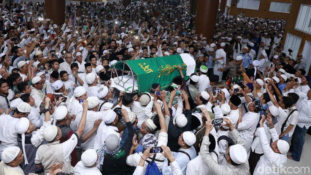 Ribuan Orang di Pemakaman Ustaz Arifin Ilham
