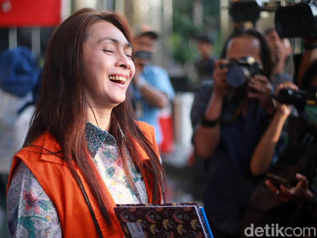 Senyum Lebar Bupati Talaud dengan Rompi KPK
