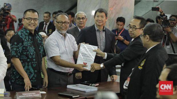 Ketua tim hukum BPN Prabowo-Sandi, Bambang Widjojanto saat mendaftarkan sengketa hasil Pilpres 2019 di MK, Jakarta, Jumat (24/5).