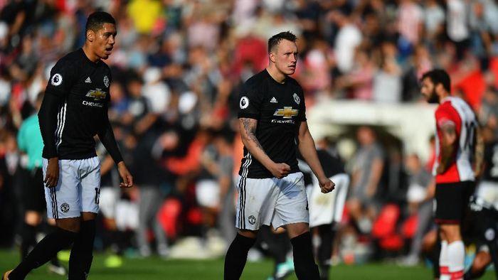 Chris Smalling, Phil Jones, dan Ashley Young dianggap tak layak mendapatkan kontrak baru oleh sejumlah pemain Man United. Foto: Dan Mullan / Getty Images