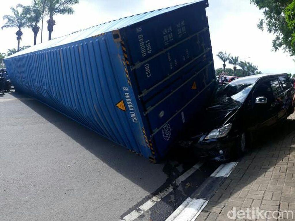 Hilang Kendali, Truk Kontainer di Palembang Terguling Timpa Mobil