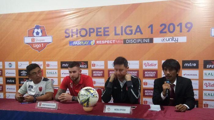 Aaron Evans (kedua dari kiri) selepas PSM Makassar vs Perseru Badak Lampung FC. (Foto: Reinhard Soplantila/Detikcom