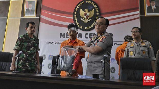 Polisi memperlihatkan Andri Bibir, sosok yang ditangkap polisi dalam kericuhan 22 Mei yang diklaim oleh Mustofa sebagai Harun, bocah yang tewas dianiaya aparat.