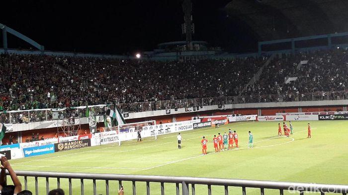 Penalti PSS Sleman gagalkan kemenangan Semen Padang. (Foto: Ristu Hanafi/detikSport)