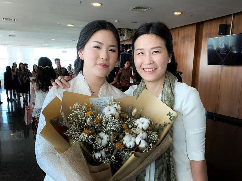 Veronica Tan Hadiri Acara Kelulusan Putrinya, Cantik Berbalut Blus Putih