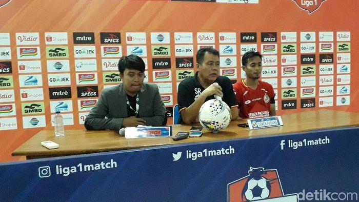 Pelatih Semen Padang Syafrianto Rusli dalam jumpa pers usai laga lawan PSS Sleman. (Foto: Ristu Hanafi/detikSport)
