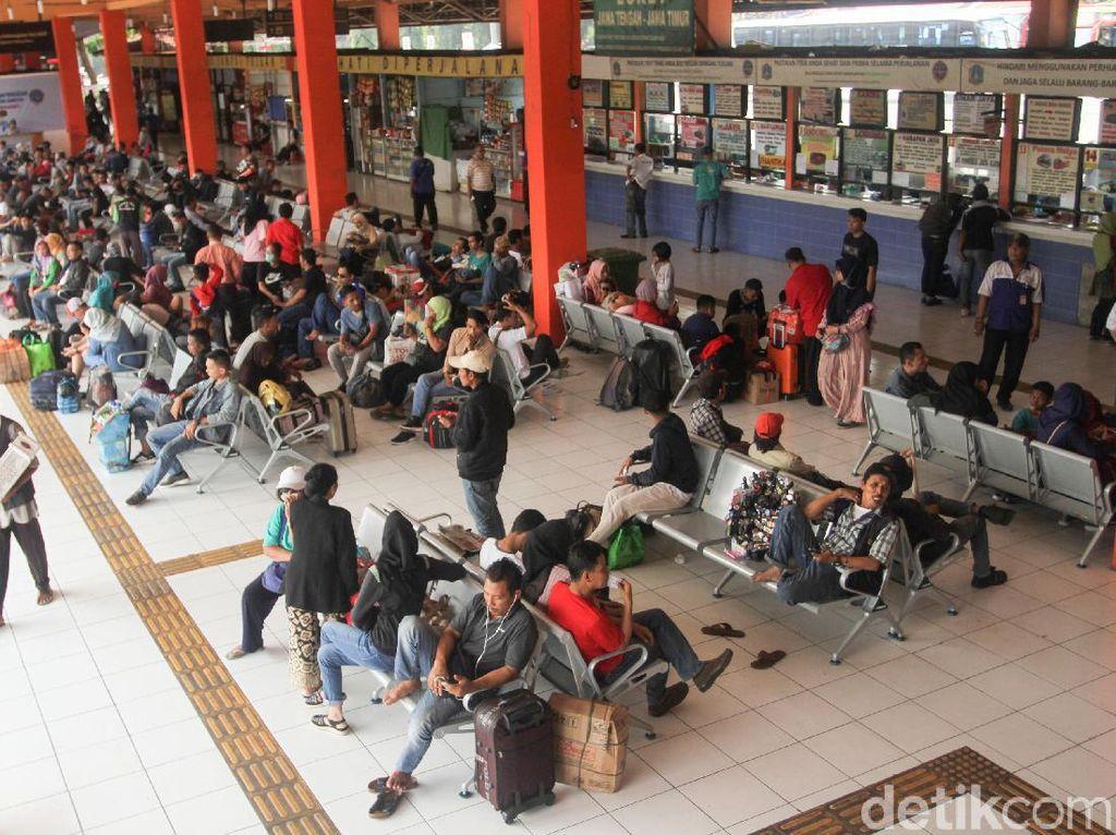 Aktivitas Terminal Kampung Rambutan Mulai Meningkat