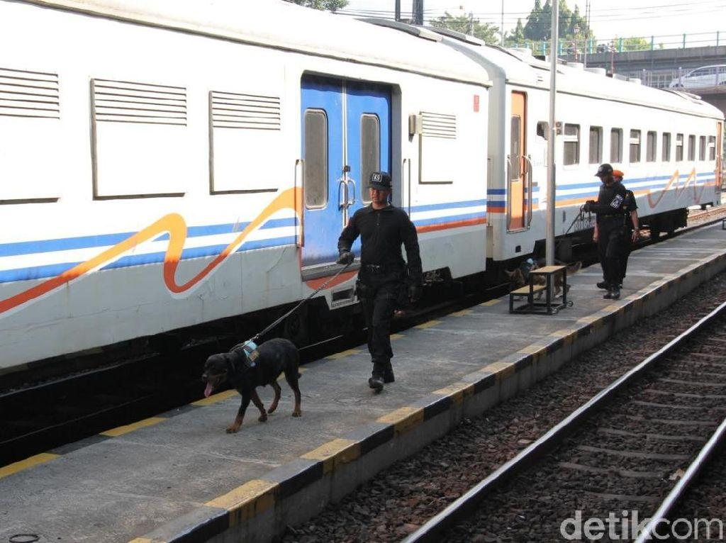 Antisipasi Keamanan, PT KAI Daop 8 Siagakan 100 Personel dan Anjing Pelacak