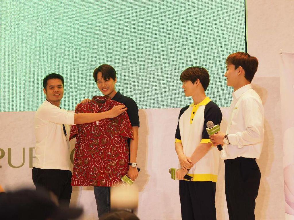 Dapat Baju Batik, Suho EXO: Cocok Jadi Kostum Ko Ko Bop