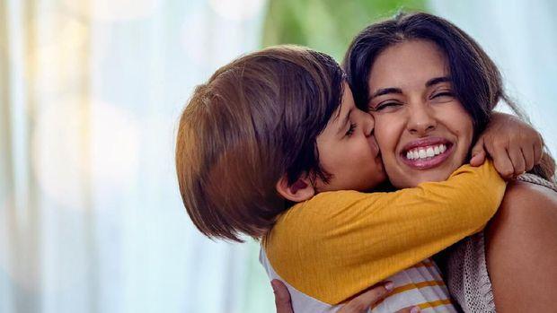 Ilustrasi orang tua tersenyum pada anak/