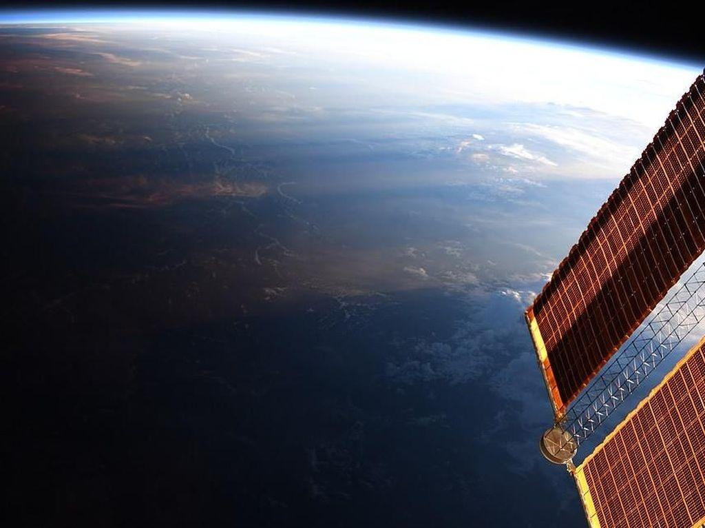 Astronot Jepret Foto Menakjubkan Bumi Siang Bertemu Malam